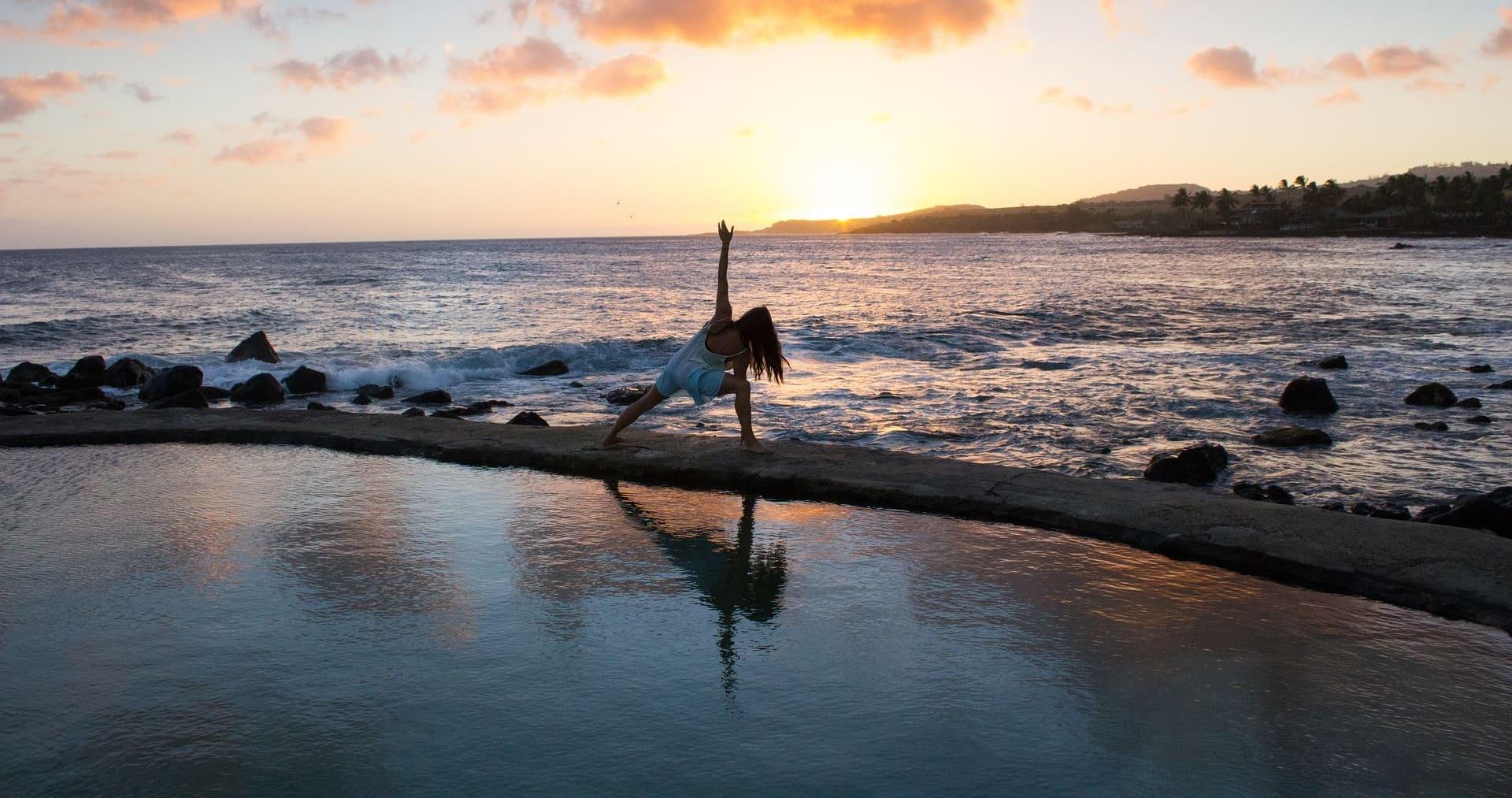 Изображение слайдера йога на берегу моря